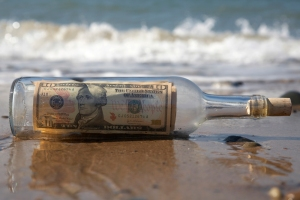 bottle_money_sea92235055